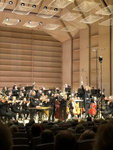 Jess Gillam, Tampere Filharmonia ja Santtu-Matias Rouvali Tampere-talossa perjantaina. Kuva: Jari Kallio