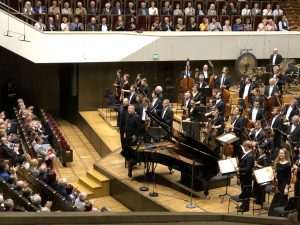 Kirill Gerstein, Thomas Adès ja Gewandhaus-orkesteri. Kuva: Jari Kallio