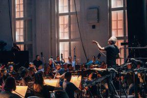 Radion sinfoniaorkesteri ja Hannu Lintu Schumannin Faust-kohtausten harjoituksissa Kaapelitehtaalla. Kuva: Petri Anttila