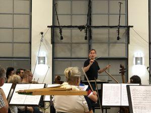 Esa-Pekka Salonen ja Kansallisoopperan orkesteri. Kuva: Jari Kallio