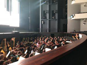 Orkesteri ja Salonen näyttämöharjoituksissa Kansallisoopperassa. Kuva: Jari Kallio