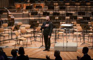Kirill Petrenko vastaanottaa yleisön raikuvat suosionosoitukset perjantai-iltana Philharmoniessa. Kuva: Stephan Rabold
