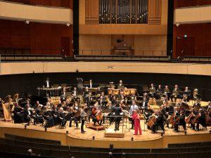 Meta4, Sinfonia Lahti ja Kerem Hasan John Adamsin Absolute Jestin parissa Sibeliustalossa torstaina. Kuva: Jari Kallio