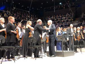 Herbert Blomstedt kättelee RSO:n konserttimestaria illan päätteeksi. Kuva: Jari Kallio