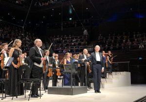 Herbert Blomstedt ja RSO Musiikkitalossa keskiviikkona. Kuva: Jari Kallio