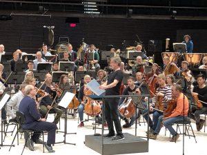 Esa-Pekka Salonen tutkii Brucknerin kuudennen partituuria. Kuva: Jari Kallio
