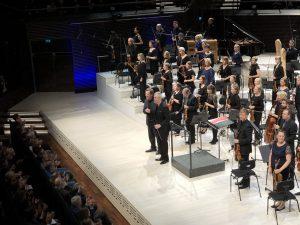 Magnus Lindberg, Hannu Lintu ja RSO Musiikkitalossa perjantai-iltana. Kuva Jari Kallio