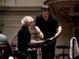 Sopraano Kerstin Avemo ja Thomas Adès Gerald Barryn The Stronger -oopperan harjoituksissa Concertgebouw'ssa. Kuva: Renske Vrojlik