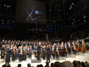 Magnus Lindberg kättelee kapellimestari Hannu Lintua konsertin päätteeksi. Kuva: Jari Kallio