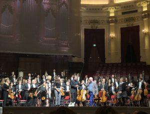 Thomas Adès ja Gerald Barry kättelevät Concertgebouw'n lavalla torstaina. Kuva: Jari Kallio
