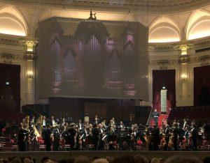 Thomas Adès ja orkesteri Amsterdamin Concertgebouw'ssa torstaina. Kuva: Jari Kallio