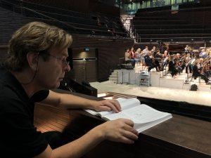 Magnus Lindberg Auran harjoituksissa Musiikkitalossa. Kuva: Jari Kallio