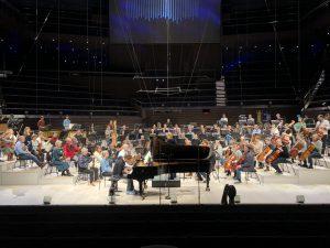 Andreas Haefliger, HKO ja Susanna Mälkki Dieter Ammannin pianokonserton harjoituksissa Musiikkitalossa. Kuva: Jari Kallio