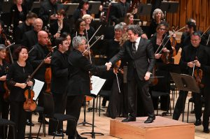 Gustavo Dudamel ja konserttimestari Martin Chalifour kättelevät maanantain konsertin päätteeksi. Kuva: Mark Allan / Barbican