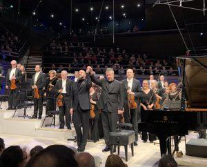 Kirill Gerstein, Thomas Adès ja HKO pianokonserton Suomen ensiesityksen jälkeen perjantaina. Kuva: Jari Kallio