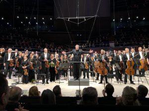 Thomas Adès ja HKO Musiikkitalossa perjantaina. Kuva: Jari Kallio