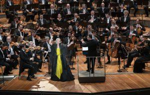 Kirill Petrenko, Berliinin filharmonikot ja sopraano Diana Damrau vuodenvaihteessa Berliinin Philharmoniessa. Kuva: Monika Rittershaus