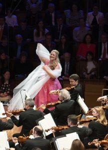 Diana Damrau ja Berliinin filharmonikot. Kuva: Monika Rittershaus