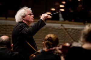 Sir Simon Rattle johtaa LSO:ta keskiviikkona Elbphilharmoniessa. Kuva: Sebastian Madej