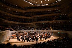 Berliinin filharmonikot ja Kirill Petrenko Rahmaninovin sinfonisten tanssien parissa. Kuva: Stephan Rabold