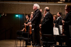 Lontoon sinfoniaorkesteri ja Sir Simon Rattle. Kuva: Sebastian Madej