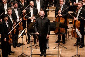 Kirill Petrenko ja Berliinin filharmonikot Elbphilharmoniessa maanantaina. Kuva: Stephan Rabold