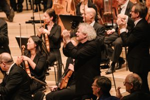 Sir Simon Rattle ja LSO Elbphilharmoniessa tiistaina. Kuva: Daniel Dittus