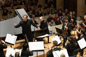 Adèsin pianokonsertto säveltäjän johdolla Münchenissä perjantaina. Kuva: BR / Astrid Ackermann