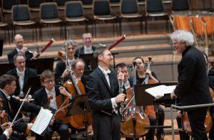 Jonathan Kelly, Sir Simon Rattle ja Berliinin filharmonikot Straussin oboekonserton jälkeen. Kuva: Monika Rittershaus