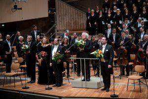 Iwona Sobotka, Benjamin Bruns, Sir Simon Rattle ja David soar Philharmonien lavalla Berliinin filharmonikoiden ja Rundfubkchor Berlinin kanssa. Kuva: Monika Rittershaus